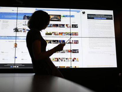 Una usuaria consulta su tableta ante las páginas del Europarlamento, YouTube y Wikipedia.