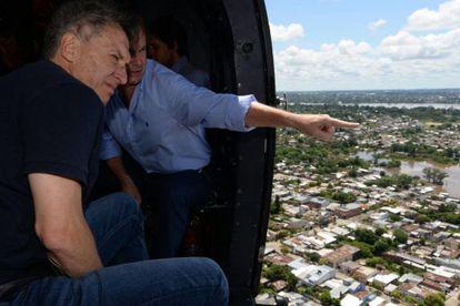 El presidente argentino, Mauricio Macri, observa el pasado domingo los barrios inundados en la ciudad de Concordia.