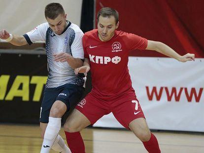 El jugador del KPRF Arser Bagirov (d), durante un partido.