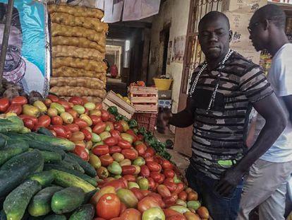 Los productos vendidos en los mercados provienen de zonas rurales como la región de Niayes, una de las más productivas del país, ubicada en el noroeste de Senegal.