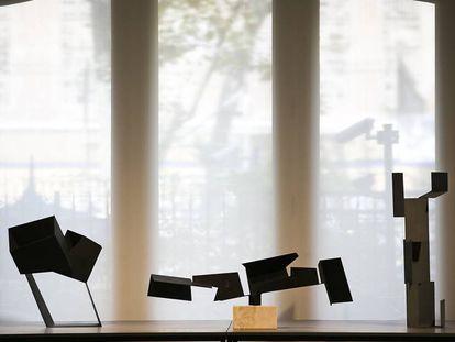 Tres de las 'cajas vacías' de Oteiza que pueden verse en la Pedrera: 'Circulacion en oblicuo con tres vacíos Malévich', 'Vacíos en cadena' y 'Variante vertical del signo funerario Galíndez', de 1958