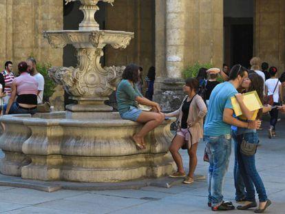 Estudiantes en el rectorado de la Universidad de Sevilla.