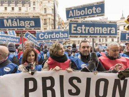 Doscientos representantes sindicales de los funcionarios de prisiones protestan para acabar con la brecha salarial existente entre cárceles
