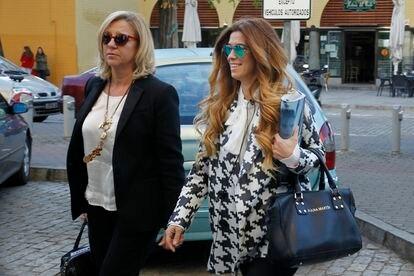 La diseñadora Juana Martín (derecha), llega a los juzgados sevillanos, este miércoles.