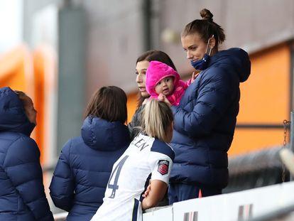 La delantera estadounidense del Tottenham Alex Morgan, con su bebé en brazos el pasado 7 de octubre en las gradas de The Hive (Londres).