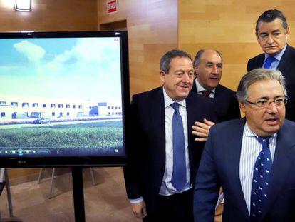 Juan Ignacio Zoido, al frente, junto a un monitor con una recreación de los nuevos modelos de CIE que ha presentado este lunes.
