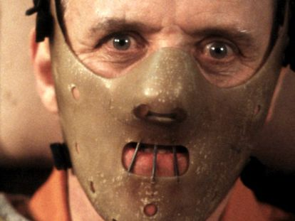 El psicoanalista Hannibal Lecter está encerrado en prisión y, Clarice Starling recurre a su brillante intelecto para atrapar a otro asesino en serie, Buffalo Bill, que mata a adolescentes después de haberlas desollado. Tanto Anthony Hopkins como Jodie Foster se llevaron el Oscar por sus respectivas interpretaciones, así como Demme fue nombrado mejor director. Fue el thriller decisivo de la década de los 90'.