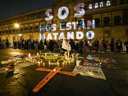 Una protesta de las familias de las víctimas de feminicidios en Palacio Nacional.