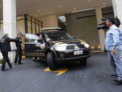 La Policía Federal sale de la sede de Camargo Correa en Sao Paulo (Brasil) en noviembre de 2014 tras un registro en el marco del caso 'Lava Jato'.