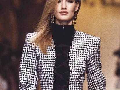 La modelo Karen Mulder, una de las más cotizadas de los noventa, camina sobre la pasarela en un desfile de Valentino en marzo de 1992.