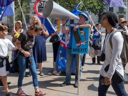 Participantes en una marcha contra el Brexit protestan ante las oficinas del Gobierno, el pasado día 8 en Londres.