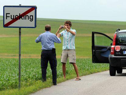 Dos turistas se hacen una fotografía junto a una señal del pueblo de Fucking (Austria).
