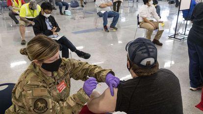 Una voluntaria de la Guardia Nacional vacunaba en marzo a un hombre en Búfalo (Virginia Occidental).