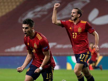 Ferran y Fabián celebran el gol del extremo del City este martes ante Alemania en La Cartuja.