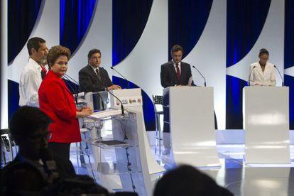 Dilma Rousseff (de rojo) y Marina Silva (derecha) en el debate