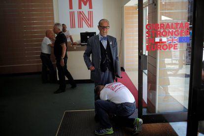 Un voluntario le ata los zapatos al exdirigente de Gibraltar Solomon Levy
