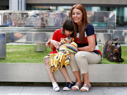 Charlotte Caldwell y su hijo Billy, en el Ministerio de Interior de Reino Unido, el pasado 11 de junio.