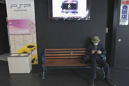 Un jugador con una consola portátil de Sony, en Japón.