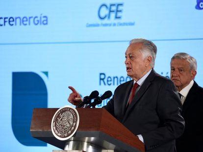 El director de la CFE, Manuel Bartlett, junto al presidente López Obrador, durante una conferencia de prensa en Palacio Nacional.