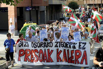 Cabecera de la manifestación convocada en julio de 2007 en Amorebieta ( Vizcaya) bajo el lema <i>Bizi osorako zigorrik ez. Presoak kalera<i></i> (Castigos de por vida no. Presos a la calle) en apoyo al preso etarra José María Sagardoy.</i>