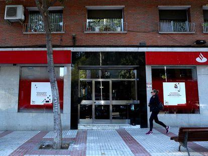 El número 51 de la calle José del Hierro, edificio donde apareció el cadáver momificado de una vecina, esta semana.