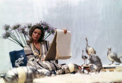 Para 1970, momento de esta foto, Gabriella Crespi ya había conquistado a la más selecta clientela y había instalado el 'showroom' en su propia casa de Roma, un apartamento en el Palazzo Cenci, al que acudían con asiduidad Audrey Hepburn con Hubert de Givenchy o la hermana del Sha de Persia. |