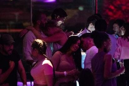 Un grupo de jóvenes toman copas en una de las terrazas de una discoteca de pie de playa de Barcelona, en la primera noche con ampliación horaria hasta las tres de la madrugada.