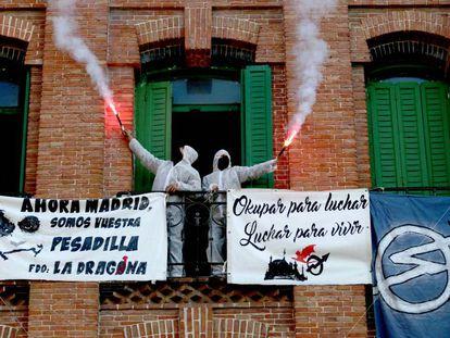 Dos okupas del grupo La Dragona de Madrid.