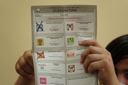 Un ciudadano muestra su voto por el partido Acción Nacional.