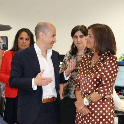El responsable de Gowex, Jenaro García, con Ana Botella, en la visita de la alcadesa a la sede de la empresa el pasado 1 de julio.