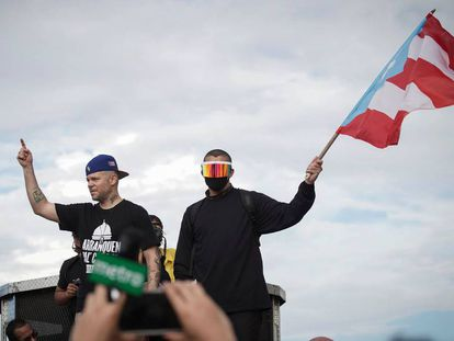 Residente y Bad Bunny, durante la marcha para celebrar la dimisión del gobernador de Puerto Rico.