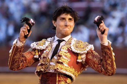 El diestro Roca Rey, este viernes, con las dos orejas que cortó en su segundo toro en La Maestranza de Sevilla.