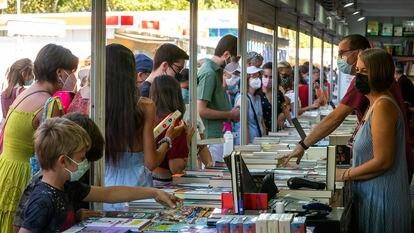 Varios lectores ojean libros en la última Feria del libro en Madrid.