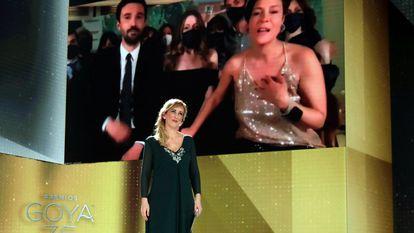 La enfermera Ana María Ruiz anuncia el Goya a mejor película para 'Las niñas'. En la pantalla, aparecen los productores Álex Lafuente y Valérie Delpierre.