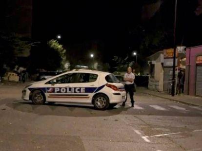 Un coche de policía cerca del lugar del suceso.