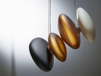 Lámparas que son como guijarros en suspensión