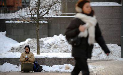 Una mujer pide dinero en una calle de Helsinki en enero de 2010.