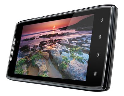 Primer 'smartphone' de Motorola después de que Google comprase la compañía. Incorpora camara de fotos de 8 megapíxeles, 16 gigas de memoria interna y una tarjeta microSD con otros 16GB, que se pueden ampliar y grabación de vídeo a 1080p.