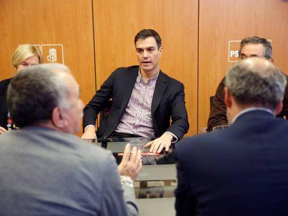 El líder del PSOE, Pedro Sánchez, durante una reunión con sindicatos.