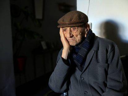 Un anciano de 112 años de edad es retratado en su casa.