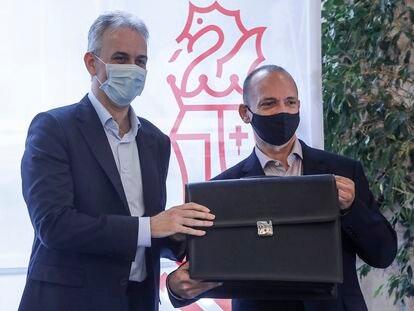 El nuevo vicepresidente segundo y consejero de Vivienda y Arquitectura Bioclimática, Héctor Illueca (i), en el traspaso de poderes en el Palau de la Generalitat el pasado viernes.