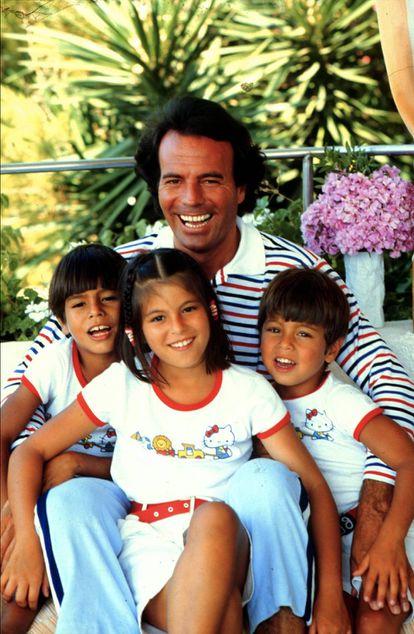 Julio con sus hijos Julio José, Chabeli y Enrique en Miami en 1981. Julio tenía entonces 38 años y Enrique, 6.