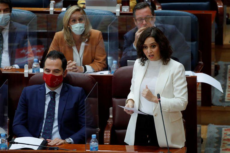 La presidenta de la Comunidad de Madrid, Isabel Díaz Ayuso, participa en una sesión del pleno de la Cámara regional este jueves en Madrid.