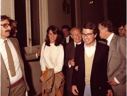 Enrique Tierno Galván toma del brazo a Francisco Bobillo en la noche del 8 de mayo de 1983, tras ser reelegido alcalde de Madrid por mayoría absoluta.