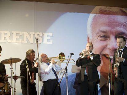 José Luis Baltar (en el centro, con camisa blanca) toca el trombón en el acto final de su fiesta de despedida.