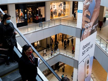 Visitantes, compradores, consumidores: ocio en un centro comercial.