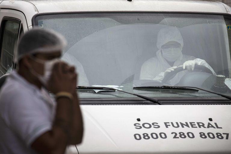 Trabajadores de servicios funerarios trasladan cadáveres en Manaos, cuyos hospitales están colapsados.
