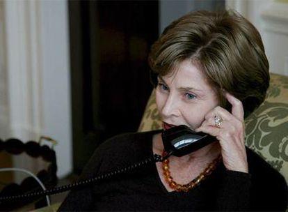 Laura Bush habla por teléfono con Michelle Obama.