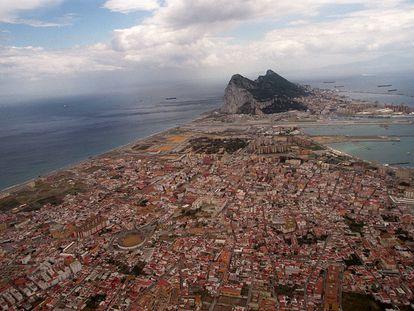 Vista área de La Línea de la Concepción (Cádiz), con Gibraltar al fondo.