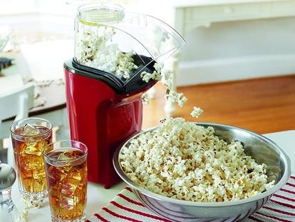 Esta máquina para hacer palomitas puede preparar hasta 4.3 litros de tus sabores favoritos